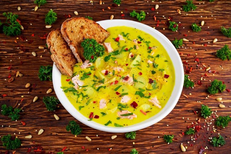 Сметанообразные семги рыб, лук-порей, суп картошки на деревянной предпосылке стоковое изображение rf