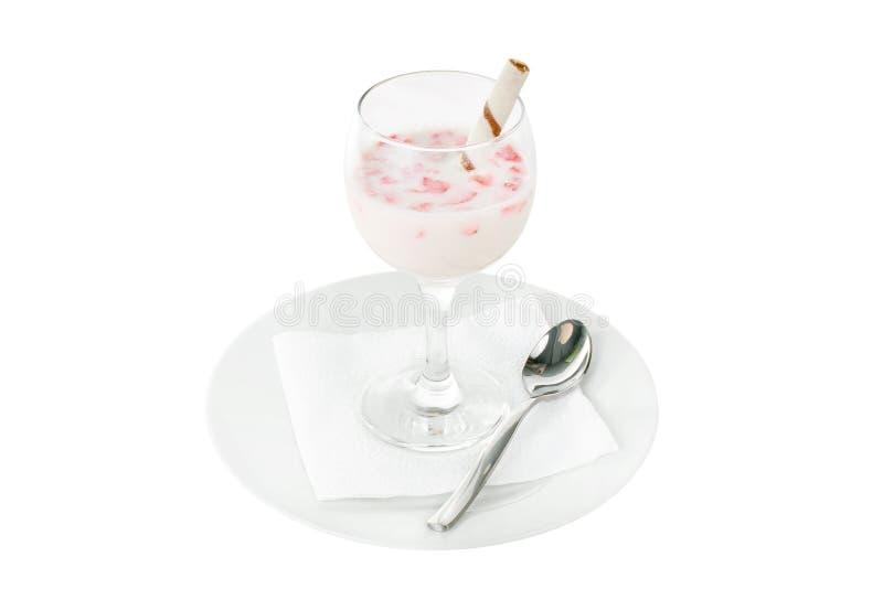 Сметанообразный десерт с изолированной трубкой клубники и вафли стоковые фотографии rf