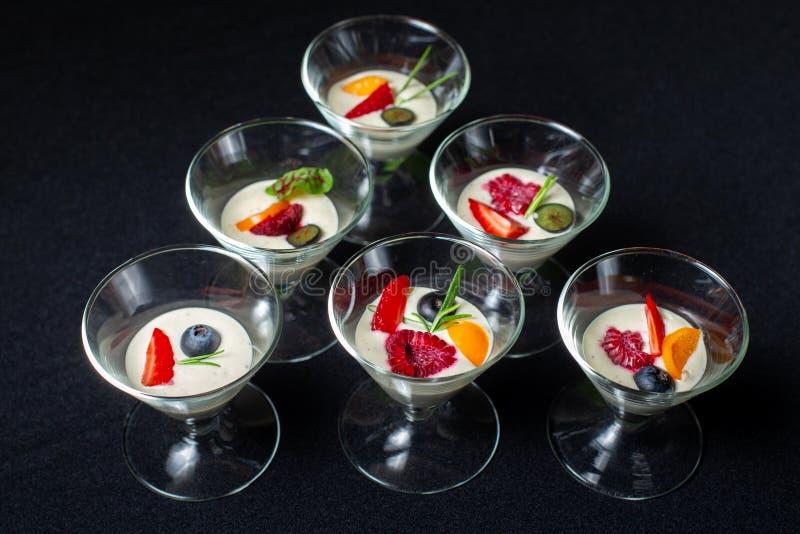 Сметанообразный десерт с ягодами лета в стеклянном шаре мороженого стоковое изображение