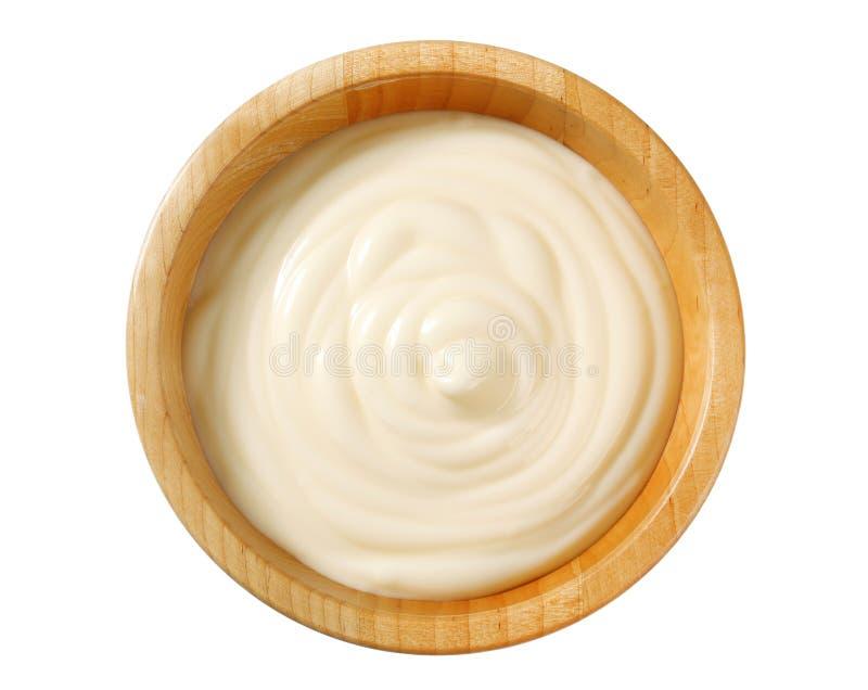 Сметанообразный соус в деревянном шаре стоковые изображения rf