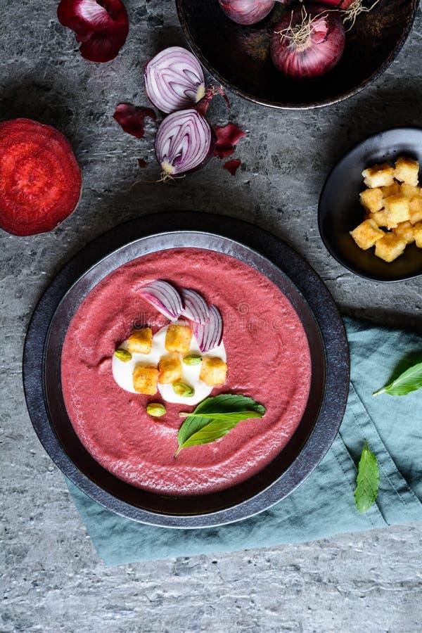 Сметанообразный суп бураков со сметаной и хрустящим испеченным тофу стоковые изображения