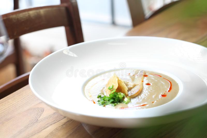 Сметанообразный суп лук-порея с грушей и сыром пармезан стоковое изображение