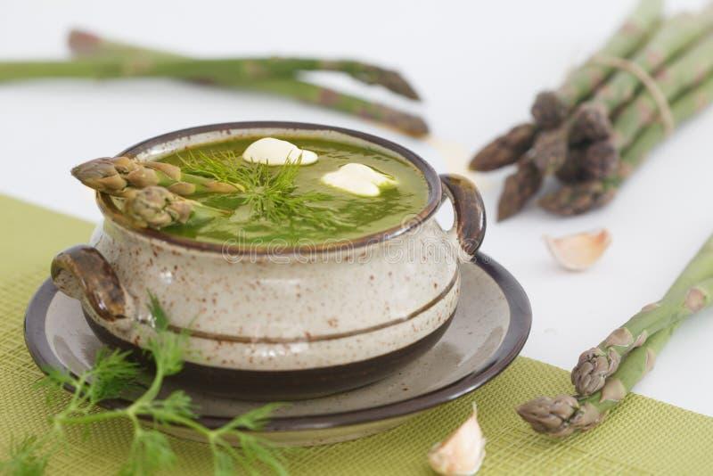 Сметанообразный суп спаржи и зеленая спаржа в предпосылке стоковые изображения rf