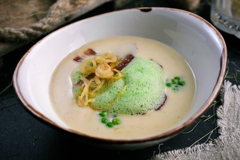 Сметанообразный суп с беконом и зелеными горохами от шеф-повара стоковые фотографии rf