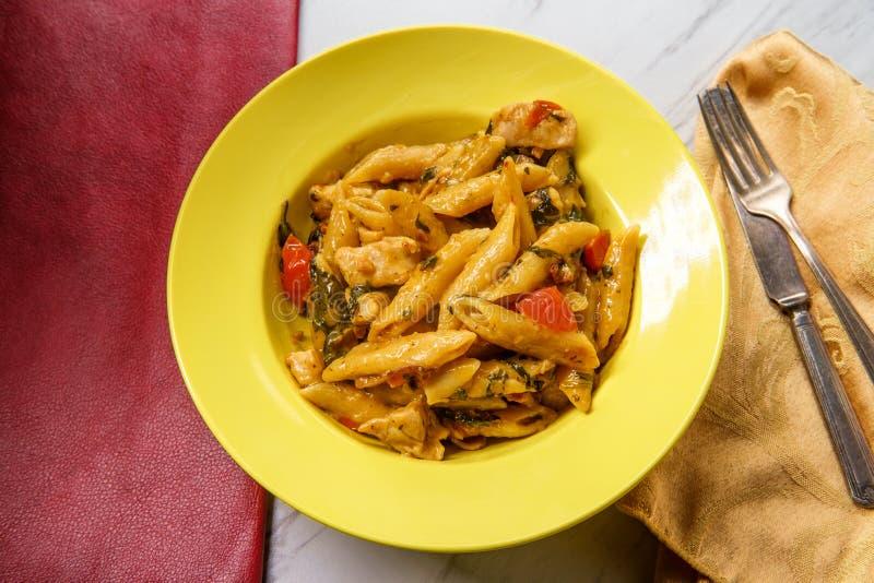 Сметанообразный тосканский цыпленок макаронных изделий стоковое изображение rf