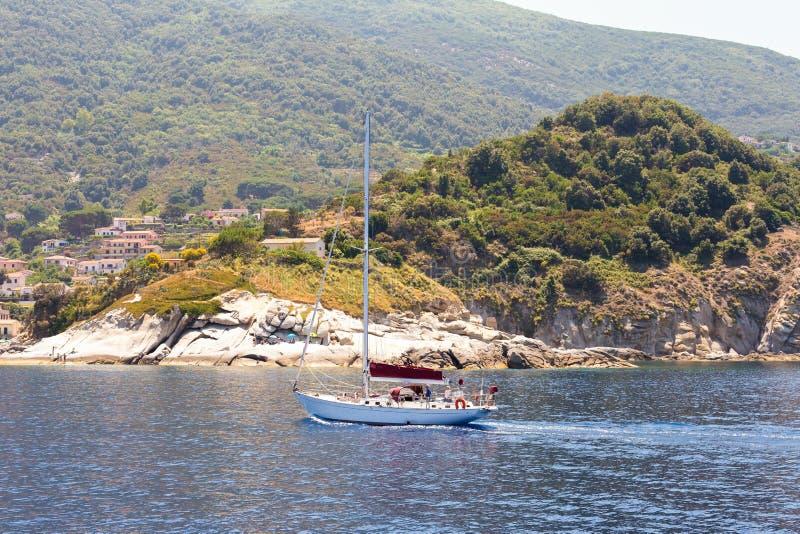 Сметывать над водой моря стоковые фото