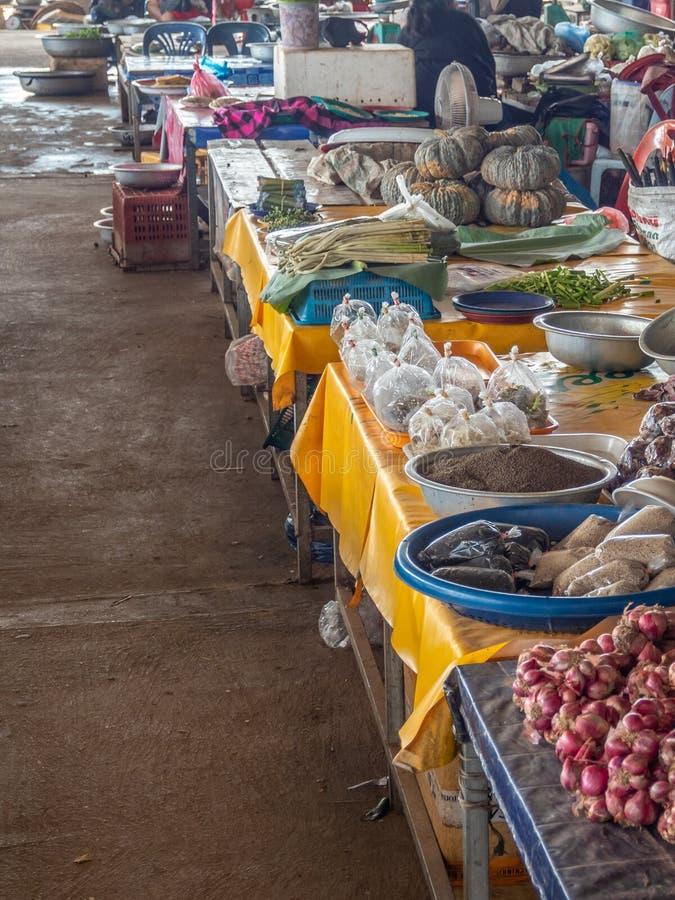 Смешанная продукция на традиционном азиатском рынке стоковое изображение