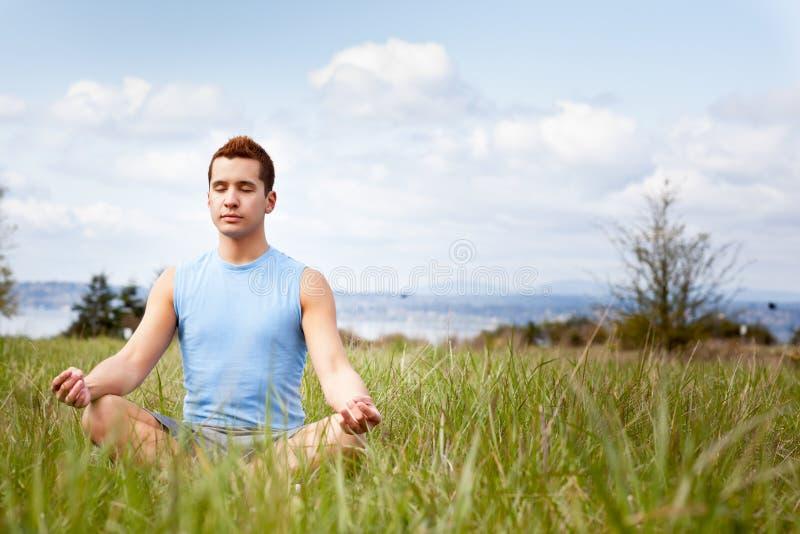 смешанная человеком практикуя йога гонки стоковое изображение rf