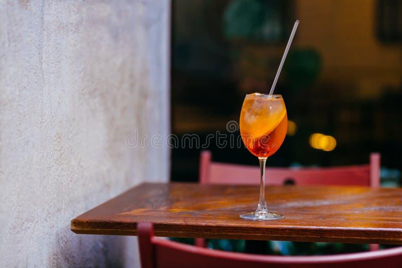 Смешанное вкусное питье с льдом и апельсином Коктеиль spiritz Aperol на деревянном столе Питье ресторана Партия лета Containin на стоковые изображения rf