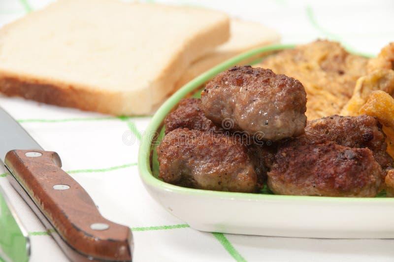 Смешанное мясо служило с хлебом и ножом и вилкой стоковые фотографии rf