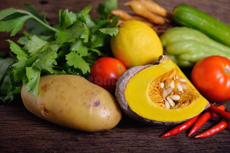 Смешанные овощи на деревянной предпосылке стоковые изображения rf