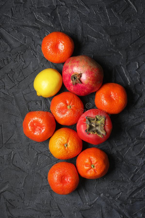 Смешанные оранжевые плоды на черноте стоковое фото rf