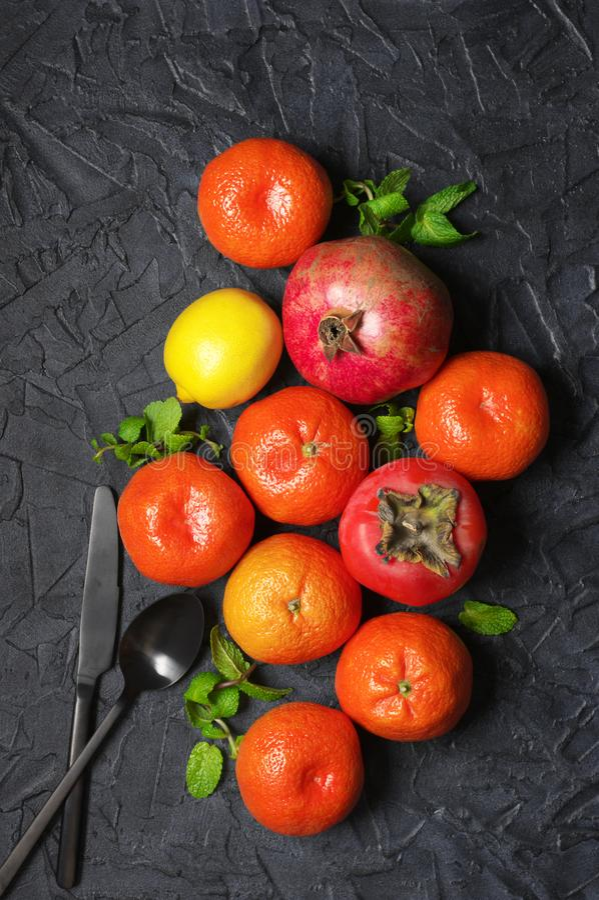 Смешанные оранжевые плоды на черноте стоковые изображения