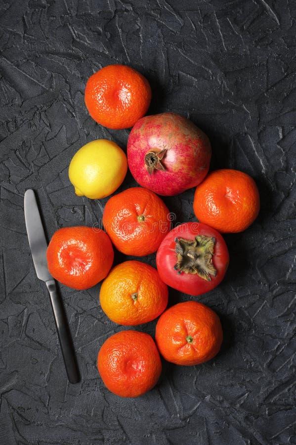 Смешанные оранжевые плоды на черноте стоковые фото