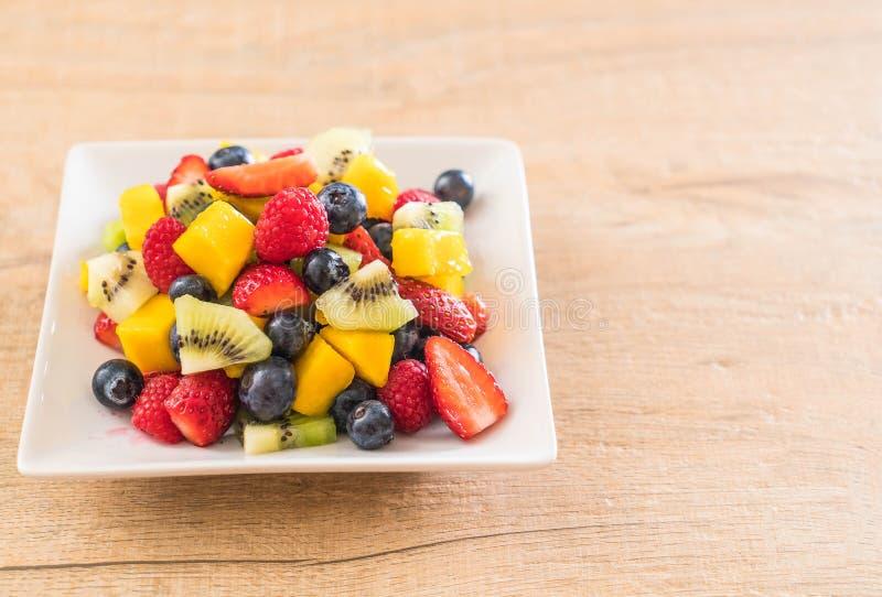 смешанные свежие фрукты (клубника, поленика, голубика, киви, mang стоковое изображение rf
