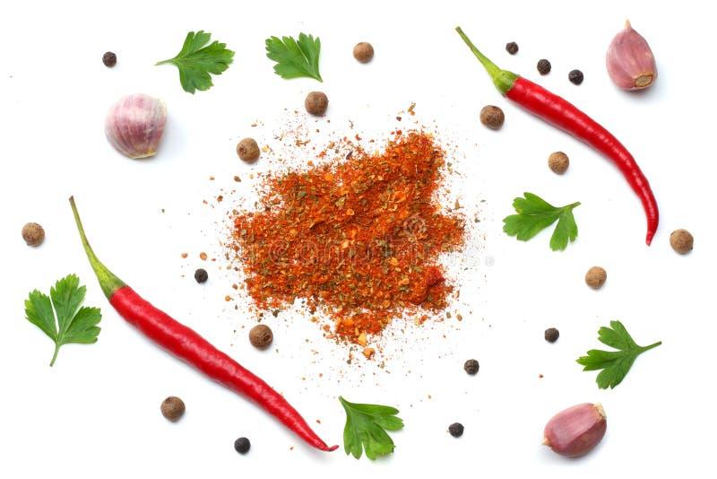 Смешанные специи изолированные на белой предпосылке Сельдерей базилика морковей фенхеля чеснока, петрушка, майоран, лук, перцы ch стоковые фото