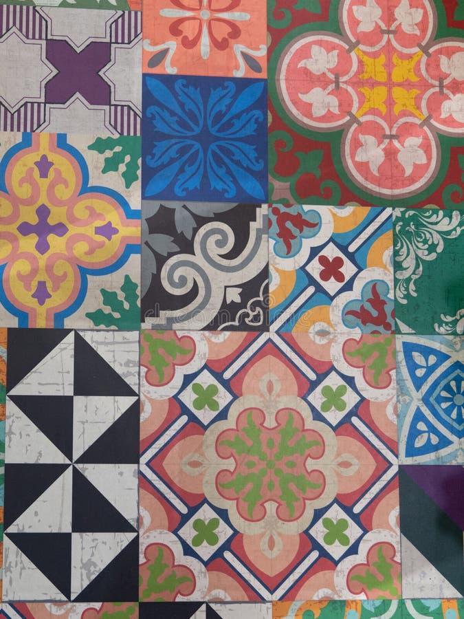 Смешанные традиционные богато украшенные португальские декоративные azulejos плиток на поле стоковые изображения rf