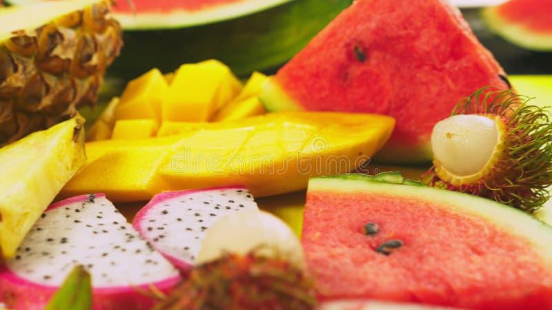 Смешанные тропические плоды, крупный план Отрезанные свежие фрукты Справочная информация стоковые изображения rf