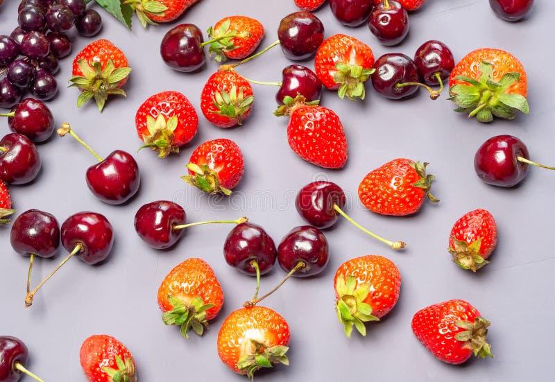 Смешанные фрукты и ягоды Клубника и вишня стоковая фотография rf