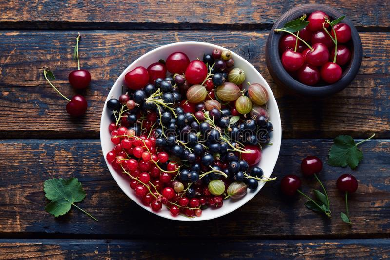 Смешанные ягоды в шаре стоковые изображения rf