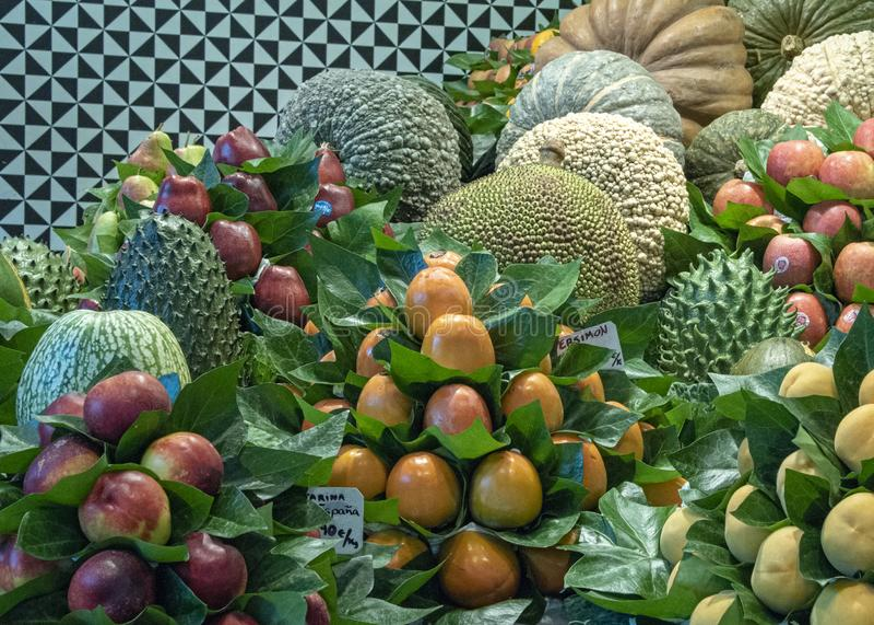 смешанный плод на продаже в уличном рынке стоковое изображение