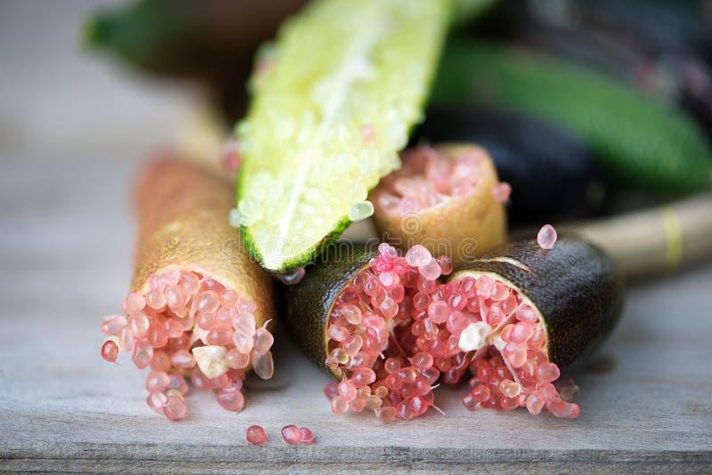 Смешанный цвет свежих известок пальца на деревянной предпосылке стоковое изображение rf