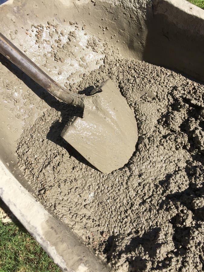 Смешанный цемент в тачке стоковое фото