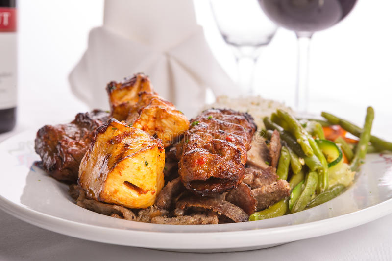 Смешанный цыпленок, говядина, Adana, Doner Kebabs, который служат с рисом стоковое фото rf