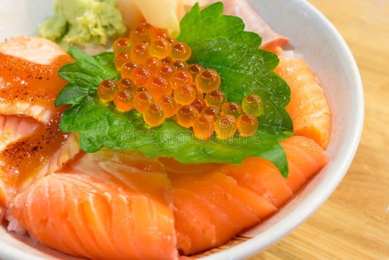 смешанный шар риса с свежими семгами стоковое изображение rf