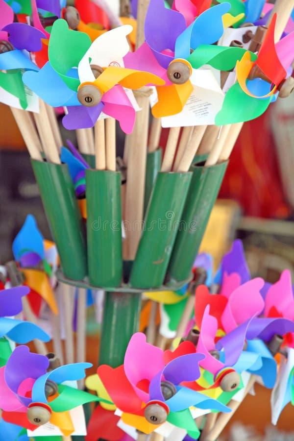 Смешанный Pinwheel цвета, вентилятор игрушки изолированный с путем клиппирования стоковые изображения rf