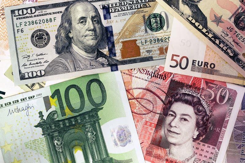 Смешивание банкнот валют - доллар, фунт стерлинга, евро деньги стоковое фото