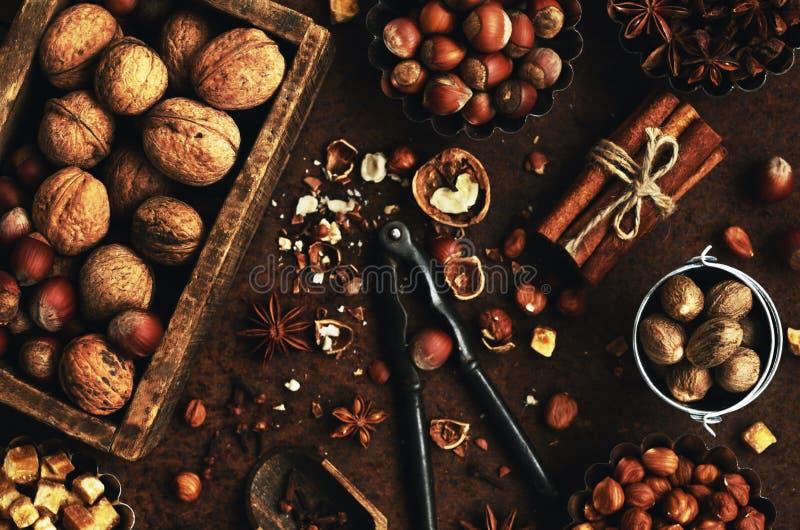 Смешивание гаек и специй для печь испечет стоковая фотография rf