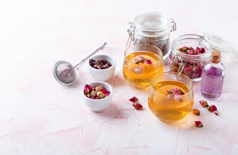 Смешивание здорового травяного чая стоковые фотографии rf