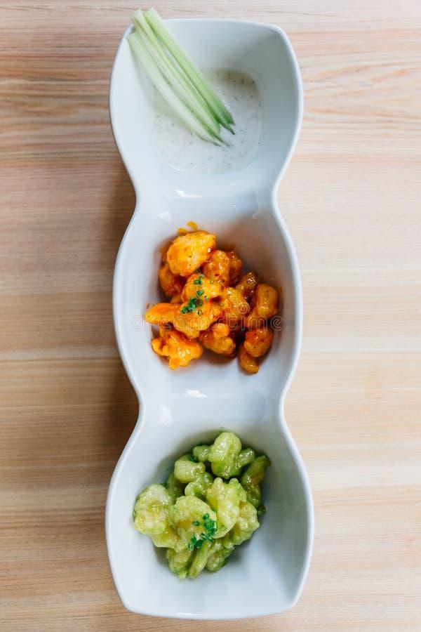 Смешивание креветки попкорна с тысячей соусами острова и соусом wasabi служило с салатом в mayo стоковое фото