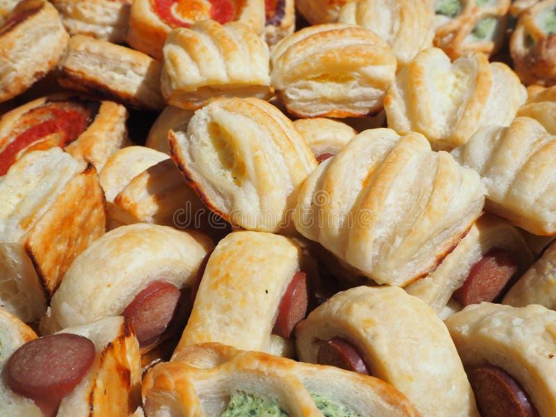 Смешивание очень вкусных закусок и малых пицц сделанных из печенья слойки стоковые изображения rf