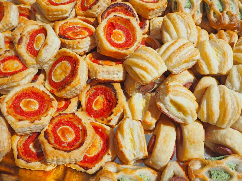 Смешивание очень вкусных закусок и малых пицц сделанных из печенья слойки стоковое изображение