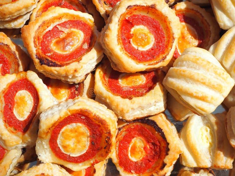 Смешивание очень вкусных закусок и малых пицц сделанных из печенья слойки стоковые изображения