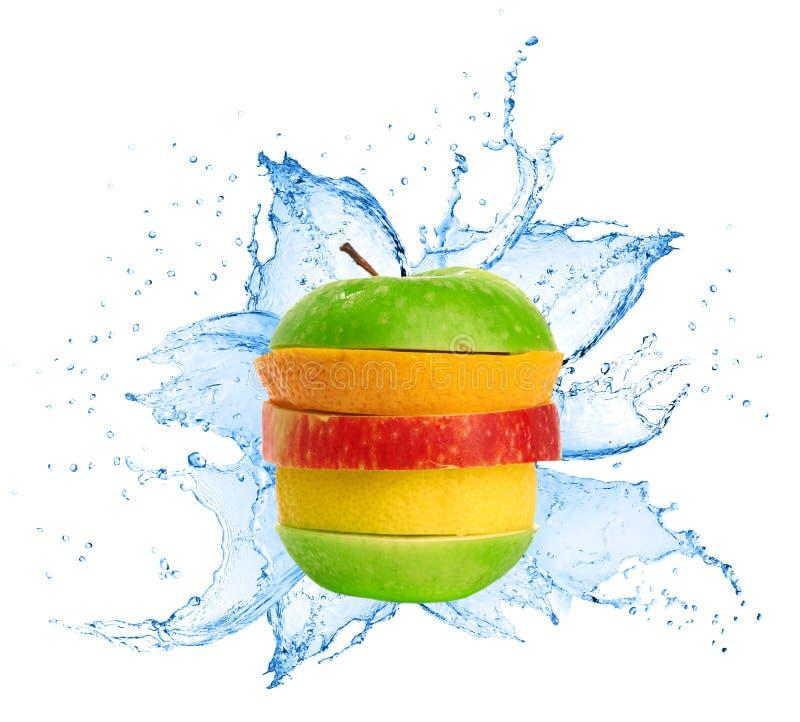 Смешивание плодоовощ в выплеске воды стоковая фотография