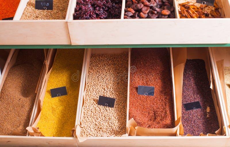 Смешивание риса на деревянном подносе стоковые фото