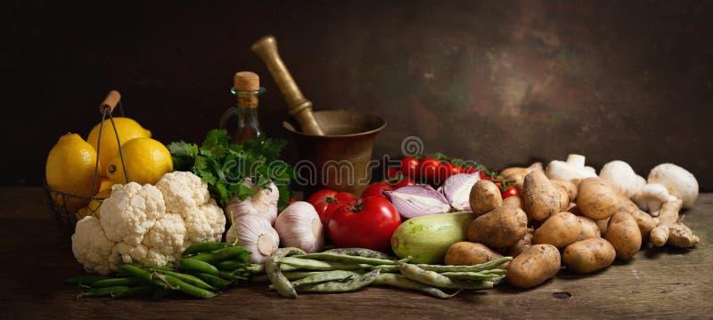 Смешивание свежих овощей на деревянном столе стоковые фотографии rf