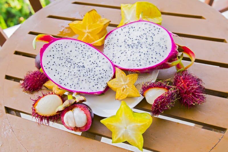 Смешивание свежих фруктов от Таиланда, плода дракона, рамбутана, карамболы, мангустана вверх по взгляду Отрезал красивые свежие т стоковая фотография