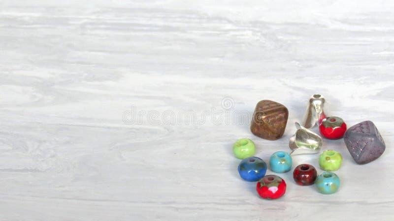 Смешивание стеклянных бусин и хобби поставок ювелирных изделий включая делать и ремесла ювелирных изделий Handmade ювелирные изде стоковые фото