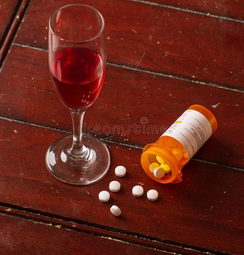 смешивание таблеток и вина - не лучшая идея стоковая фотография