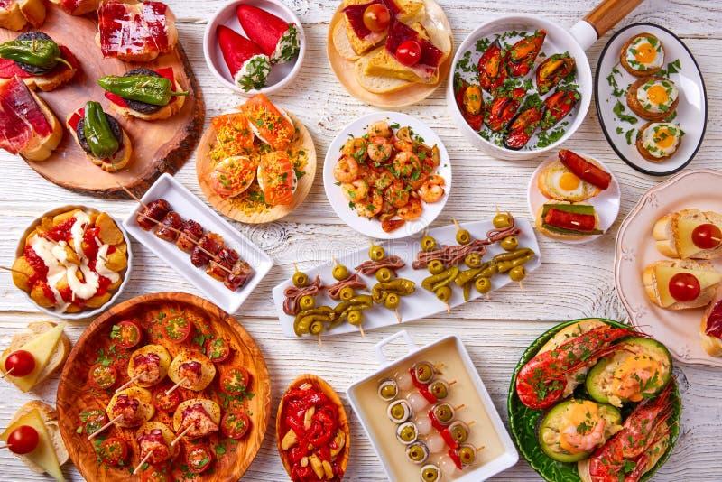 Смешивание тап и еда pinchos от Испании стоковое фото rf