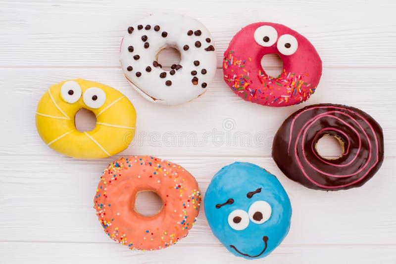 Смешивание donuts на деревянной предпосылке стоковая фотография rf