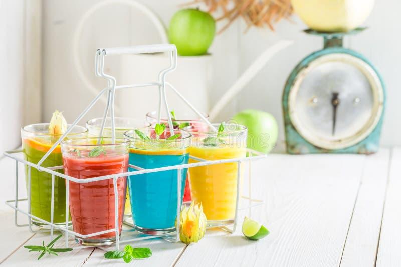 Смешивание smoothie с свежими фруктами стоковые изображения
