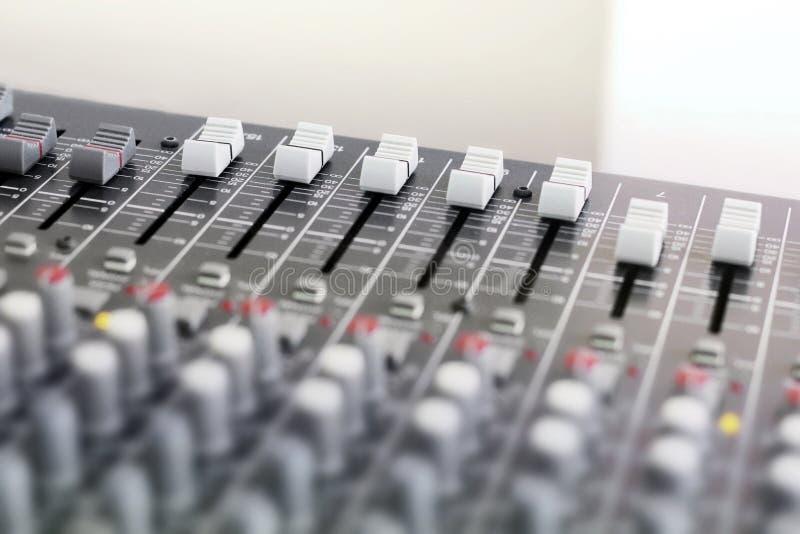 Смешивая консоль для микрофона Ядровое оборудование стоковые фотографии rf