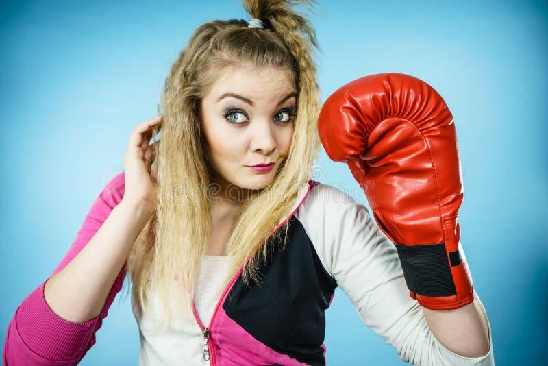 Смешная девушка в красных перчатках играя класть в коробку спорт стоковые фотографии rf