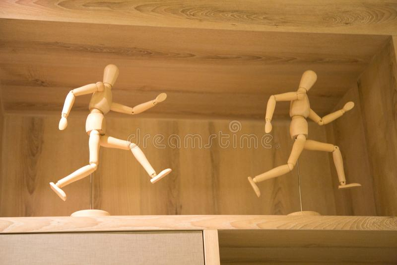 Смешная деревянная статуэтка стоковые фотографии rf