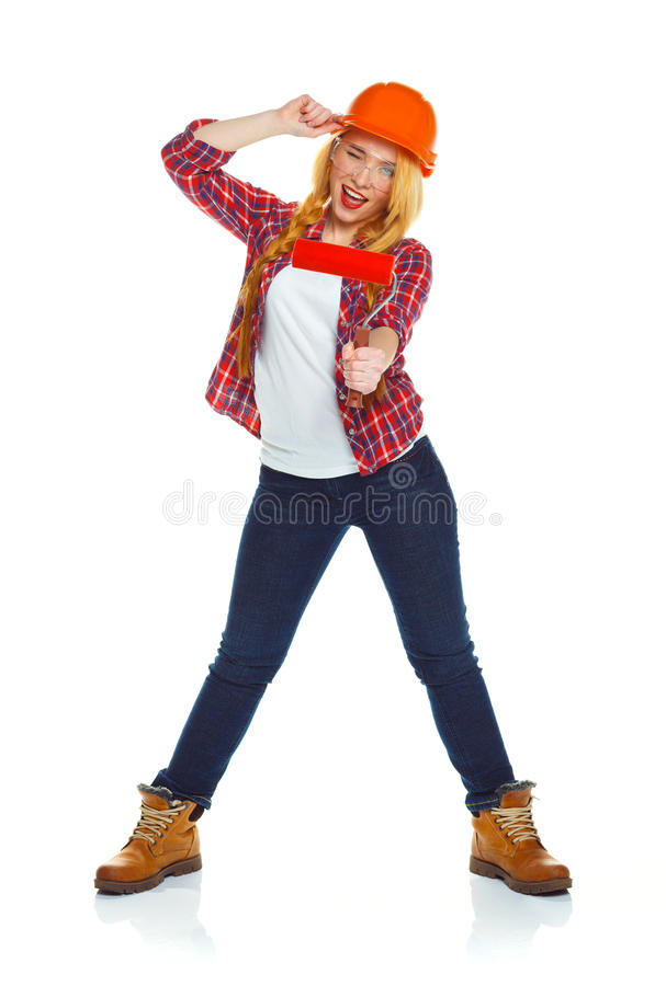 Смешная девушка в шлеме с роликом в руке оно изолировано на стоковые изображения